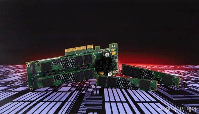 SK하이닉스가 업계 최초로 시연에 성공한 차세대 기업용 SSD(솔리드스테이트드라이브) 표준 'ZNS(Zoned Namespaces) SSD 솔루션' / 사진제공=SK하이닉스