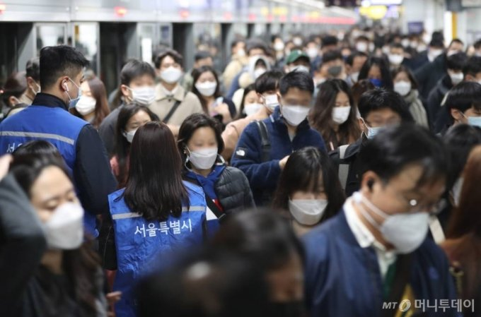 마스크 미착용 과태료 부과 첫날인 11월 13일 오전 서울 광화문역에서 지하철 보안관들이 단속을 실시하고 있다. / 사진=이기범 기자 leekb@