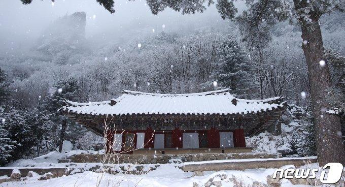 묘향산 법왕봉 남쪽 중턱에 있는 보현사의 말사인 능인암 전경. (미디어한국학 제공) 2020.12.05.© 뉴스1