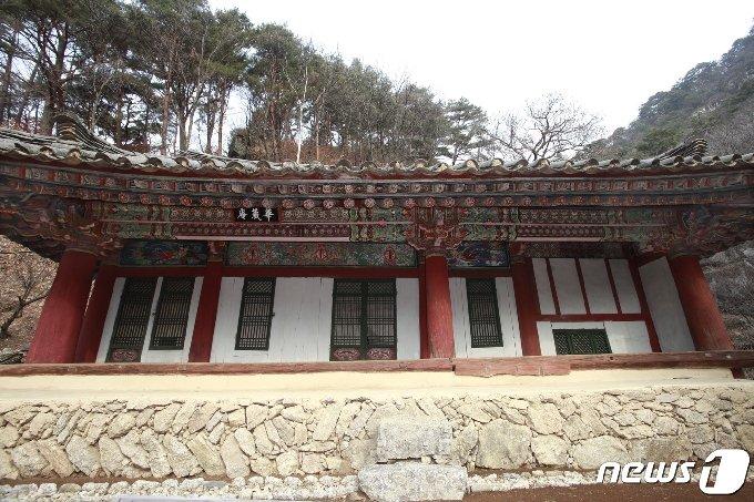 묘향산 만폭동 계곡 초입에 있는 보현사의 말사인 화장암. (미디어한국학 제공) 2020.12.05.© 뉴스1