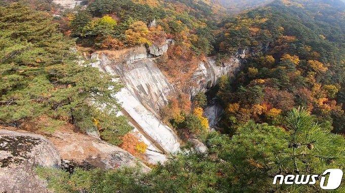 묘향산 상원동계곡에 있는 산주폭포 전경. 산주폭포는 묘향산의 폭포들 가운데 가장 아름답고 웅장한 폭포로 알려져 있다. (미디어한국학 제공) 2020.12.05.© 뉴스1