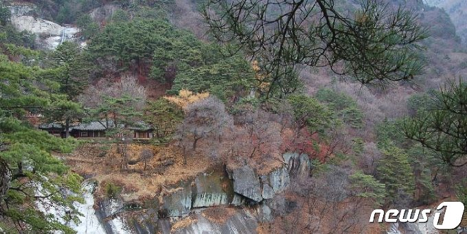 묘향산 법왕봉 중턱에 있는 보현사의 말사인 상원암 전경. (미디어한국학 제공) 2020.12.05.© 뉴스1