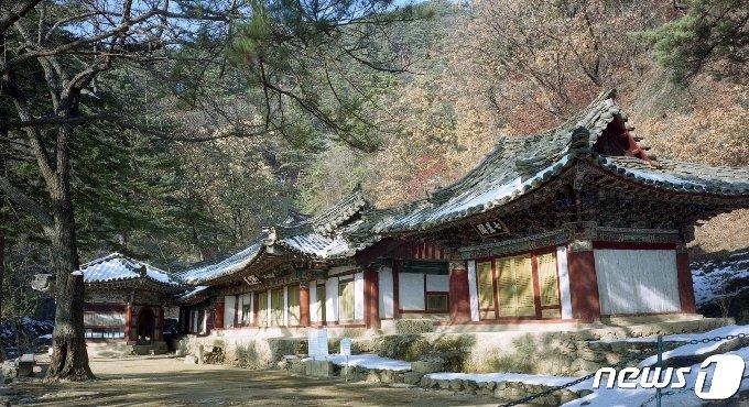 묘향산 보현사의 말사인 상원암의 칠성각과 본전의 모습. 묘향산 법왕봉 중턱에 자리하고 있다. (미디어한국학 제공) 2020.12.05. © 뉴스1