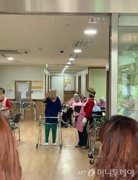 대면 면회가 금지된 서울의 한 요양병원에서 통유리를 사이에 두고 외할머니 김씨와 가족들이 만나고 있다./사진=독자 제공