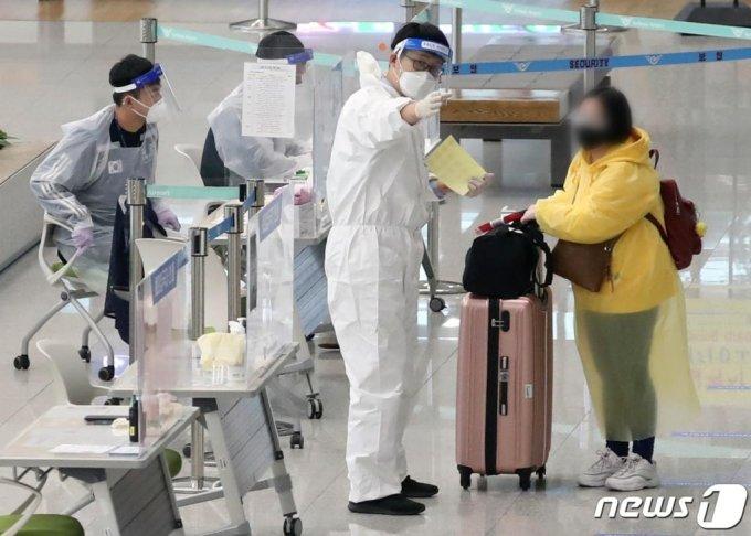 11월 인천국제공항2터미널에서 해외에서 입국한 시민들이 코로나19 방역 요원들의 안내를 받는 모습 /사진=뉴스1