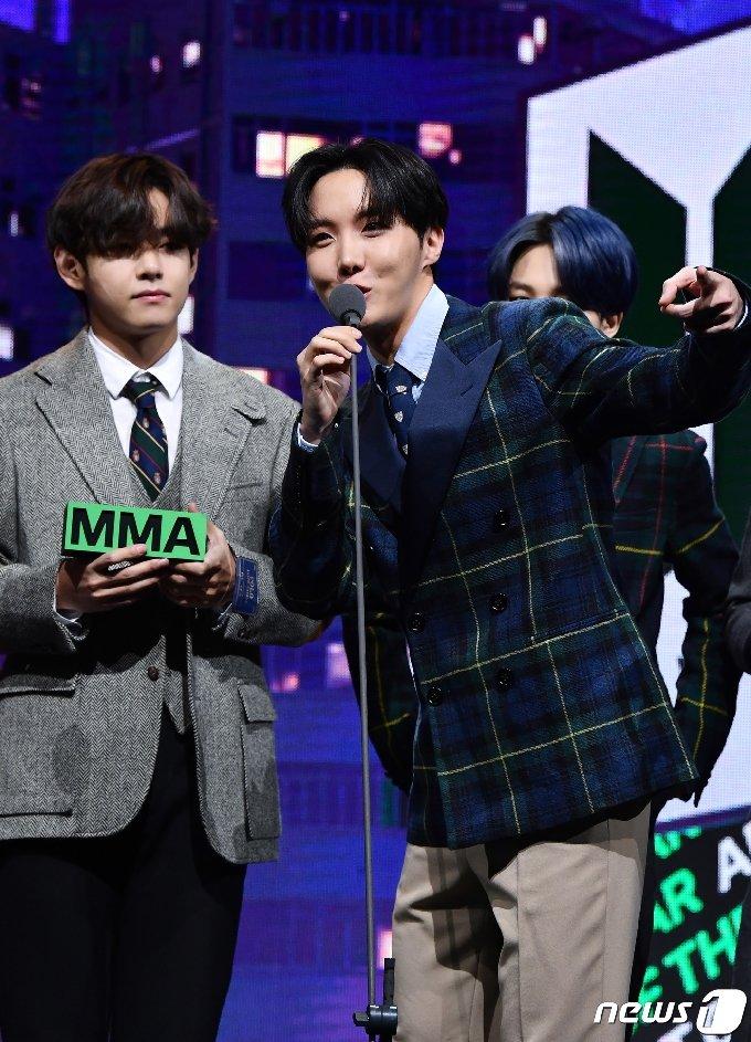 [사진] 방탄소년단 제이홉 '상 받고 신난 흥부자'