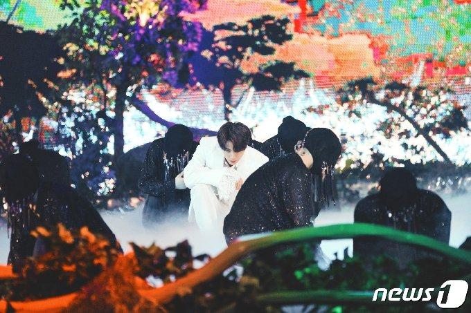 [사진] 방탄소년단 진 '자체발광'