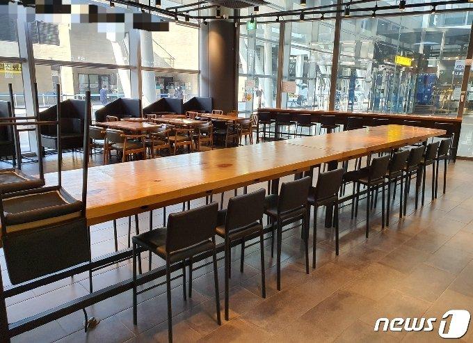 8일 부산역 일대 한 카페 매장이 거리두기 2단계 지침으로 인해 이용이 금지되면서 텅 비어 있다.2020.12.8/© 뉴스1 노경민 기자