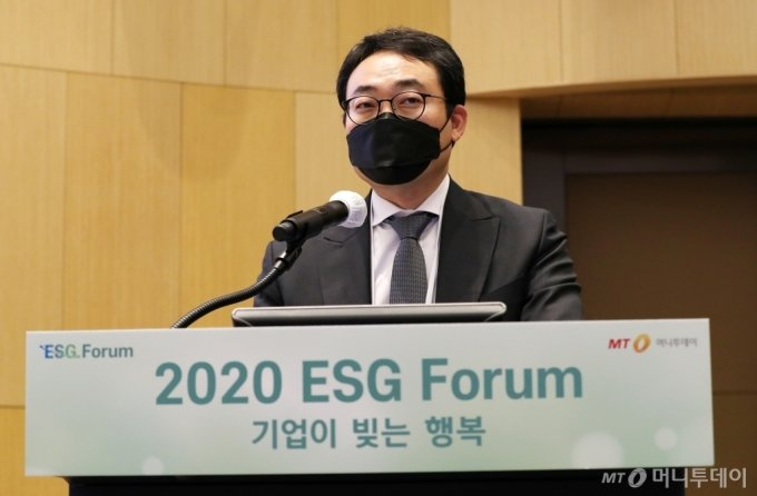 임대웅 UNEP Finance Initiative, 에코앤파트너스 2°c 한국대표이사가 9일 서울 송파구 롯데월드타워 sky31 컨벤션에서 열린 '2020 ESG 포럼'에서 'Post Pandemic 이후 성장기회를 이끌 ESG 2.0'에 대해 주제발표를 하고 있다./사진=김휘선 기자