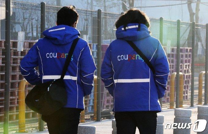 쿠팡 직원들이 부천 쿠팡 물류센터 앞을 지나가고 있다. 2020.12.9/뉴스1 © News1 정진욱 기자