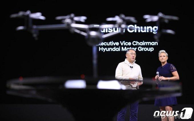 (라스베이거스(미국)=뉴스1) 오대일 기자 = 정의선 현대자동차그룹 수석부회장이 국제가전전시회 'CES 2020' 개막을 하루 앞둔 6일 오후(현지시간) 미국 라스베이거스 만달레이베이 호텔에서 열린 현대차 미디어데이 뉴스 컨퍼런스에서 개인용 비행체 'S-A1'을 소개하고 있다. 미국 소비자기술협회(CTA)가 주관하는 CES는 세계 최대 IT·가전 전시회이자 세계 3대 IT 전시회 중 하나로 총 30여 개 분야, 160개국, 4500개 주요 기업이 참가한 가운데 오는 7일부터 10일까지 나흘간 미국 라스베이거스에서 개최된다. 2020.1.7/뉴스1
