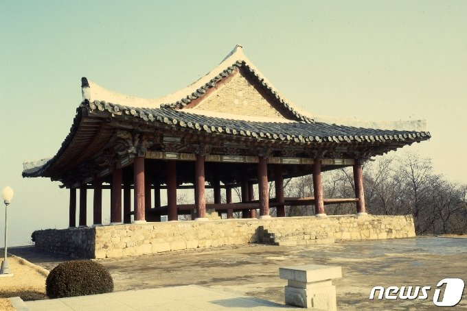 평안북도 의주읍성의 북쪽 장대인 통군정의 측면 모습. (미디어한국학 제공) 2020.12.12.© 뉴스1