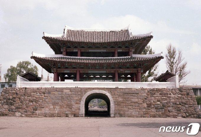 평안북도 의주읍성의 4대문 중 유일하게 남아 있는 남문 정면 모습. 통군정에서 남문까지는 1km 정도 떨어져 있다. (미디어한국학 제공) 2020.12.12.© 뉴스1