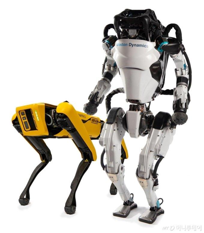 4족 보행 로봇 스팟과 2족 보행 로봇 아틀라스/사진제공=현대차그룹