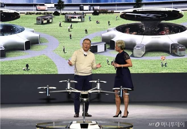 정의선 현대자동차그룹 수석부회장(왼쪽)이 세계 최대 IT·가전전시회 'CES 2020' 개막 하루 전인 6일(현지시간) '현대차 프레스 컨퍼런스'가 열린 미국 라스베이거스 만달레이베이호텔에서 인간 중심의 역동적 미래도시 구현을 위한 혁신적 미래 모빌리티 비전을 공개하고 있다./사진제공=현대차