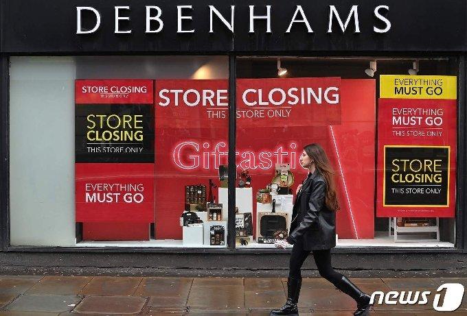 영국의 한 상점 앞을 행인이 걸어가고 있다. © AFP=뉴스1