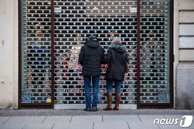 문을 닫은 독일의 한 상점 앞 © AFP=뉴스1