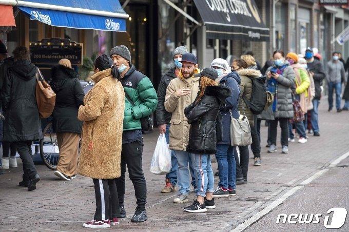 봉쇄령이 발효되기 전 마지막으로 즐기기 위해 시민들이 시내 중심가로 모여든 네덜란드 © AFP=뉴스1