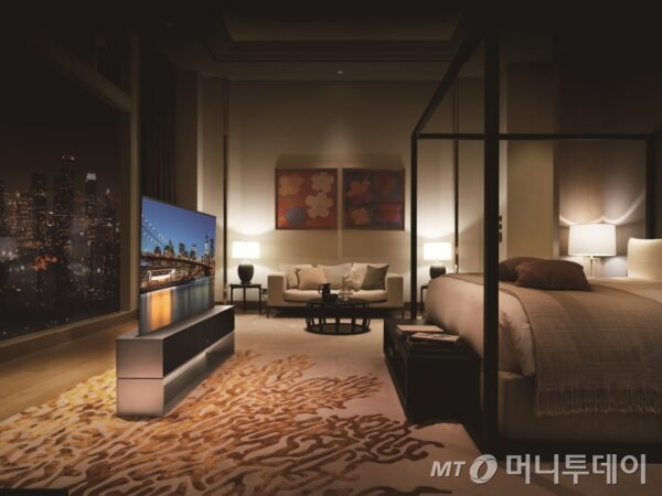 LG 롤러블 TV(LG 시그니처 올레드 R)가 거실이 아닌 침실에 설치돼 있다. /사진=LG전자 뉴스룸