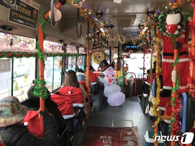 18일 부산 해운대구 일대를 달리는 115-1번 '산타버스' 내부 모습.2020.12.18/ © 뉴스1 이유진 기자