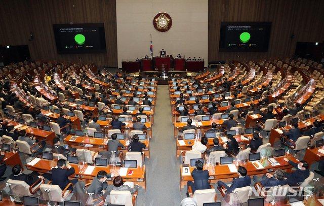 이달 14일 서울 여의도 국회에서 열린 본회의에서 남북관계발전에 관한 법률 일부개정안(대북전단금지법 개정안)이 재석187인 찬성187인으로 통과되고 있다. / 사진제공=뉴시스