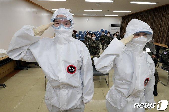 18일 충남지역 생활치료센터에서 코로나19 추가 확산을 차단하기 위한 범정부적 대응 지원대책에 따라 투입된 국군간호사관학교 3학년 생도들이 개인보호구 착용법에 대한 교육을 받은 후 거수경례를 하고 있다. (국방부 제공) 2020.12.18/뉴스1