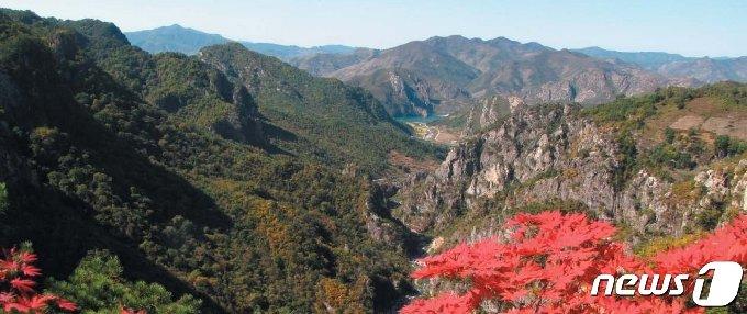 '신평금강명승지'라고 불리는 신평휴게소 주변의 풍경. 북한은 이곳을 신평관광개발구로 지정해 투자유치에 나섰다. (미디어한국학 제공) 2020.12.19.© 뉴스1