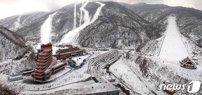 2013년 태백산맥의 마식령 고개에 건설된 마식령스키장 전경. (평화경제연구소 제공) 2020.12.19.© 뉴스1