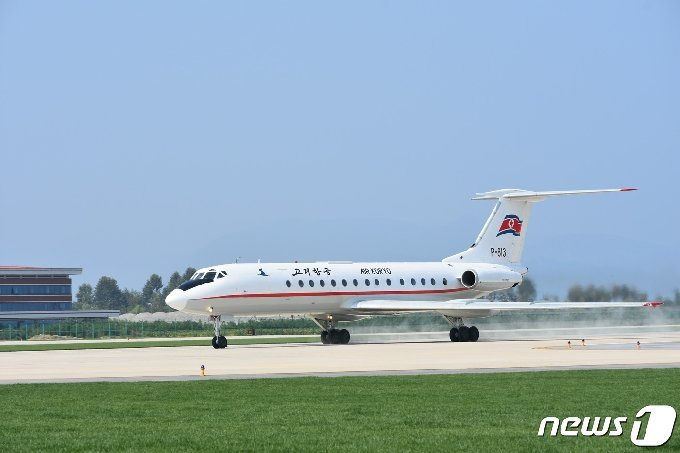 2015년 북한의 두 번째 국제공항으로 문을 연 갈마국제공항 비행장에 고려항공 여객기가 착륙하고 있다. (평화경제연구소 제공) 2020.12.19.© 뉴스1