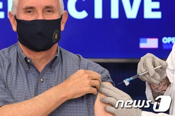 코로나19 백신을 공개 접종받고 있는 마이크 펜스 미국 부통령/AFP=뉴스1