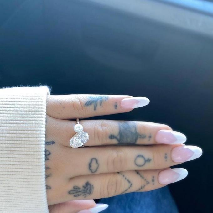 팝 가수 아리아나 그란데가 공개한 반지/사진=아리아나 그란데 인스타그램