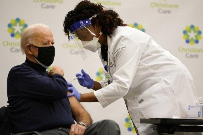 조 바이든 미국 차기 대통령 당선인이 21일(현지시간) 델라웨어 뉴어크 소재 크리스티애나케어 병원에서 화이자의 신종 코로나바이러스 감염증(코로나19) 백신을 접종 받고 있다. /사진=[뉴어크=AP/뉴시스]