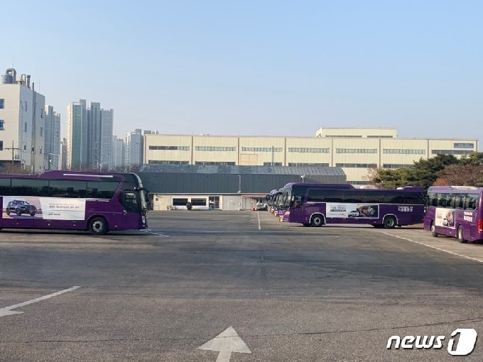쌍용자동차 직원 출퇴근 버스 20여대 가 주차장에 세워져 있다. © 뉴스1