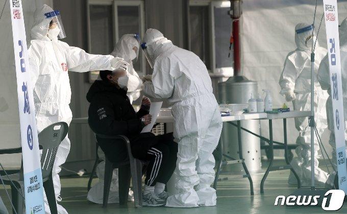 23일 오전 울산 울주군 범서생활체육공원에 마련된 선별진료소에서 울주군민이 신종 코로나바이러스 감염증(코로나19) 무료 신속항원검사를 받고 있다. 2020.12.23/뉴스1 © News1 윤일지 기자
