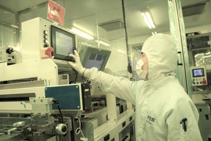 PCB(인쇄회로기판) 기업 '대덕전자' 직원이 생산시설을 점검하고 있다/사진제공=삼성전자
