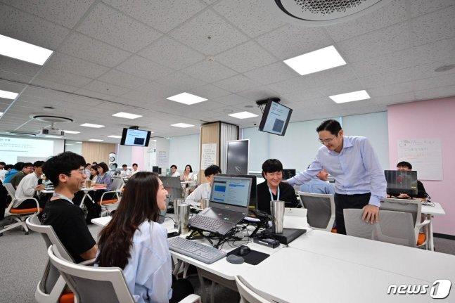 이재용 삼성전자 부회장이 2019년 8월 20일 삼성 청년 소프트웨어 아카데미(SSAFY) 광주 교육센터를 방문해 소프트웨어 교육을 참관하고 교육생들을 격려하고 있다.(삼성전자 제공) © 뉴스1