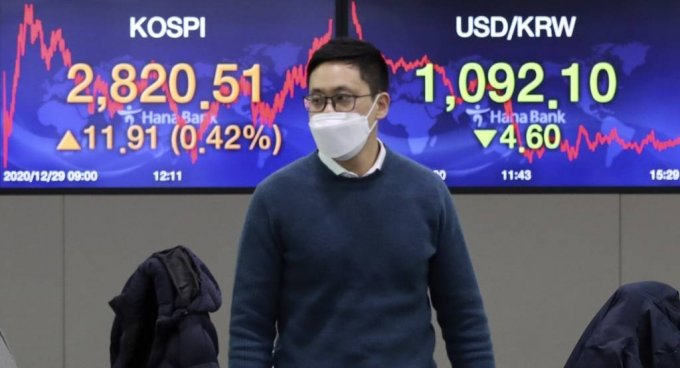 29일 오후 서울 중구 명동 하나은행에서 딜러가 업무를 보고 있다. /사진=뉴시스