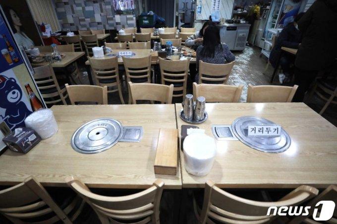 (서울=뉴스1) 이성철 기자 = 정부의 연말연시 특별 방역대책의 일환인 '식당 5인 이상 금지' 조치가 시행된 24일 서울의 한 음식점의 5인이상 테이블이 비어 있다. 이번 조치에 따라 전국 식당에서는 5인 이상의 예약을 받을 수 없으며, 5인 이상의 일행이 함께 식당에 입장하는 것도 금지된다. 이를 위반하면 운영자에게는 300만원 이하, 이용자에게는 10만원 이하의 과태료가 각각 부과될 방침이다. 2020.12.24/뉴스1