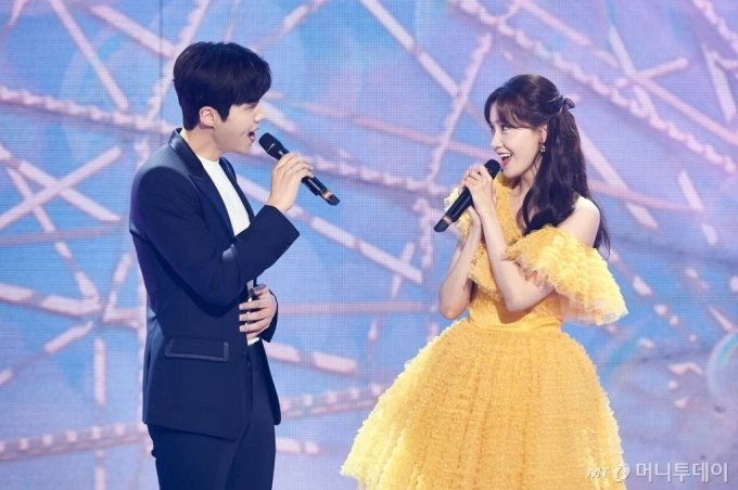 배우 김선호, 가수 임윤아가 31일 오후 서울 상암동 MBC에서 진행된 2020 MBC 가요대제전에서 멋진 공연을 펼치고 있다. /사진제공=MBC