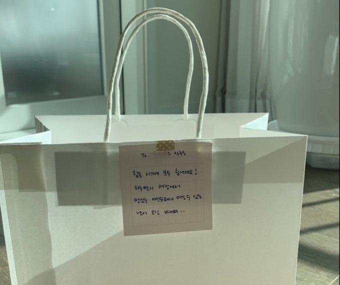 김작가미정 독자님이 단골 카페 사장님께 드린 귤 쇼핑백과 손편지. 따뜻하다, 무척이나./사진=김작가미정 독자님