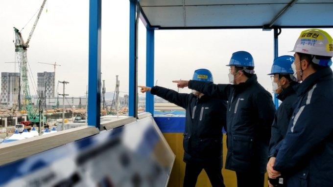 이재용 삼성전자 부회장이 4일 평택 반도체 3공장 건설현장을 점검하고 있다. /사진제공=삼성전자