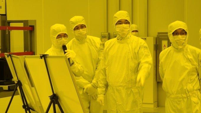 이재용 삼성전자 부회장이 4일 평택 반도체 2공장에서 EUV(극자외선) 전용라인을 점검하고 있다. /사진제공=삼성전자