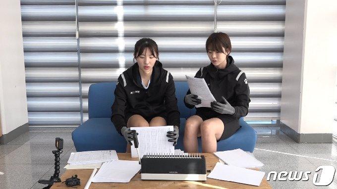 V리그 업사이클 캠페인에 참여한 도로공사 전새얀과 박혜미(한국배구연맹 제공) © 뉴스1