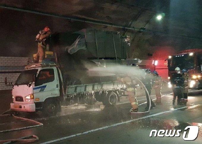 화재가 난 화물차량.(부산경찰청 제공)© 뉴스1