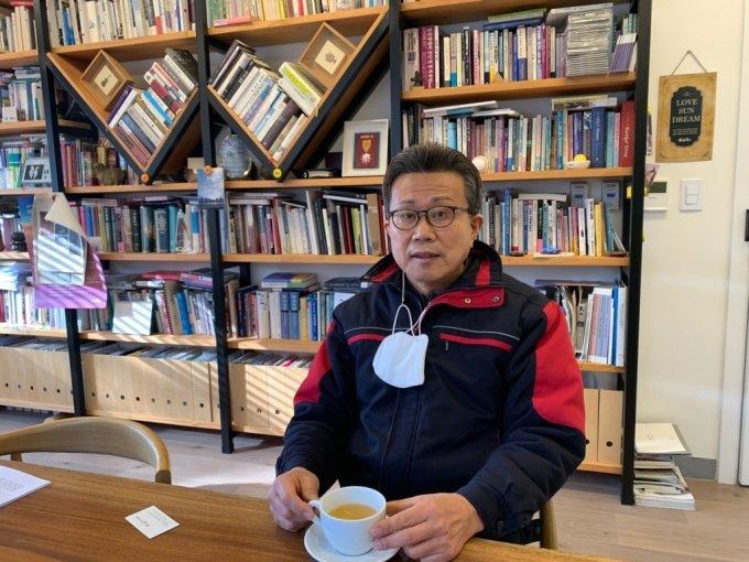 5일 오전 10시쯤 경기도 양평군에 위치한 하이패밀리 사무실에서 송길원 목사가 기자의 질문에 답하고 있다/사진=이강준 기자