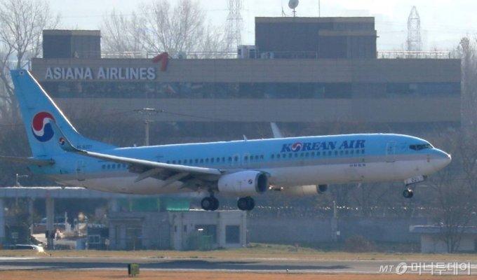30일 서울 강서구 김포공항 계류장에 대한항공과 아시아나항공 여객기가 활주로를 향해 이동하고 있다. / 사진=이기범 기자 leekb@