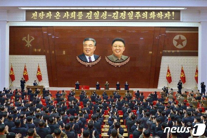 (평양 노동신문=뉴스1) = 북한은 지난달 30일 김일성 주석과 김정일 국방위원장에게 당 대회 대표증을 수여한 바 있다. [국내에서만 사용가능. 재배포 금지. DB 금지. For Use Only in the Republic of Korea. Redistribution Prohibited] rodongphoto@news1.kr