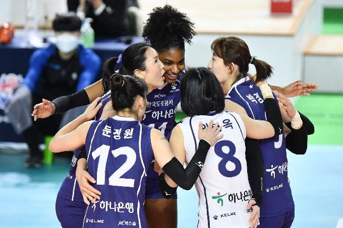 한국도로공사 선수들이 5일 김천체육관에서 열린 KGC인삼공사와의 2020-21 도드람 V리그 여자부 경기에서 득점 후 기뻐하고 있다.(KOVO 제공) © 뉴스1
