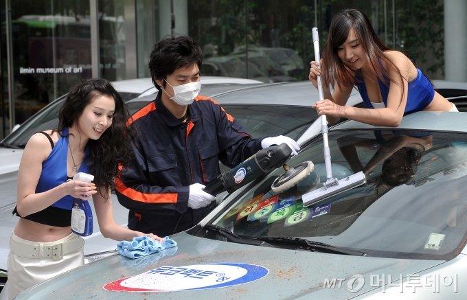 한국베링거인겔하임이 26일 오전 서울 청계광장에서 자사 일반의약품인 가래기침 치료제 '뮤코펙트 와 함께하는 호흡기 건강 캠페인'을 진행한다. 캠페인의 일환으로 열린 '요일제 차량 세차 이벤트'에서 도우미들이 이벤트에 참석한 차량들을 세차하고 있다.이번 캠페인은 대기오염으로 인한 호흡기 질환에 대한 경각심을 일깨워 주고, 호흡기 건강관리를 위한 유용한 생활정보를 제공하자고 계획됐다. / 사진=이명근 기자 qwe123@