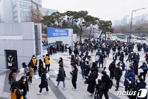 지난달 7일 서울 서대문구 연세대학교에서 열린 2021학년도 수시모집 논술시험(인문·사회계열)을 치르기 위해 수험생들이 고사장으로 향하고 있다.(연세대학교 제공) /사진=뉴스1